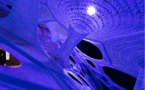 Innovatief digitaal gebreid paviljoen absorbeert licht en straalt het uit